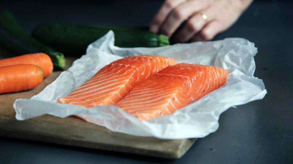 دو تکه ماهی سالمون و خیار و هویج