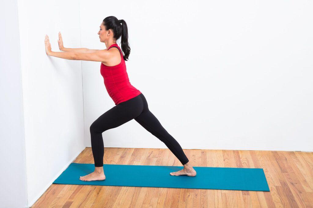 فشار اوردن به دیوار و کشیدن پا و دست برای انعطاف بدن
