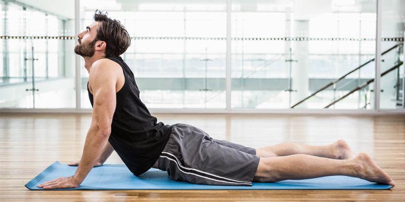 ورزشکار مرد در حال تمرین برای انعطاف بدن