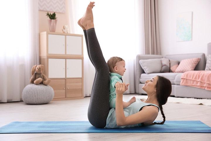 کشیدن کامل پاها به بالا و قرار دادن کودک روی شکم