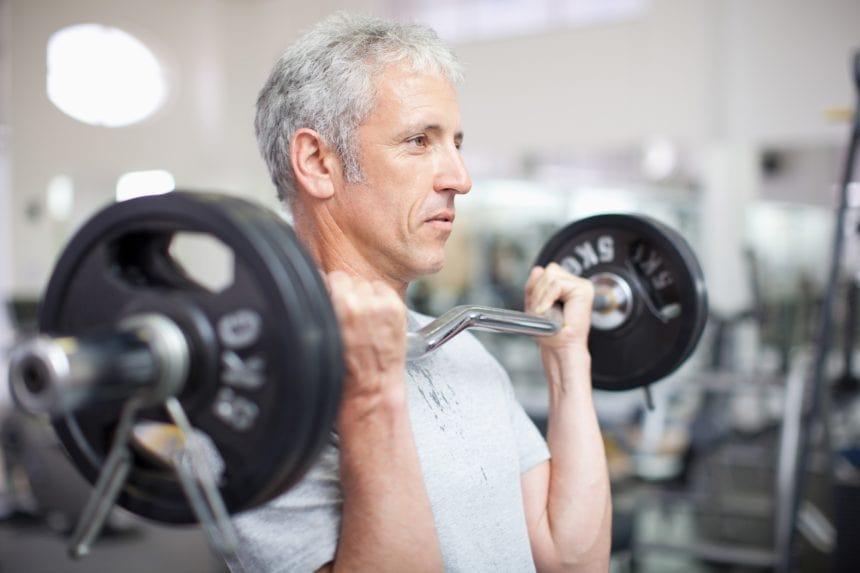 تمرین با هالتر توسط فرد میانسال دارای فشار خون