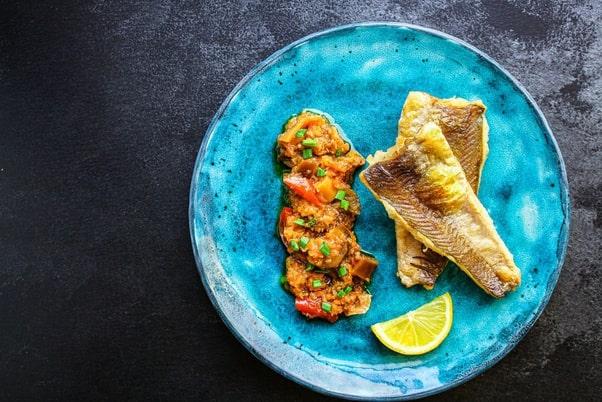 دو تکه ماهی و لیمو در ظرف