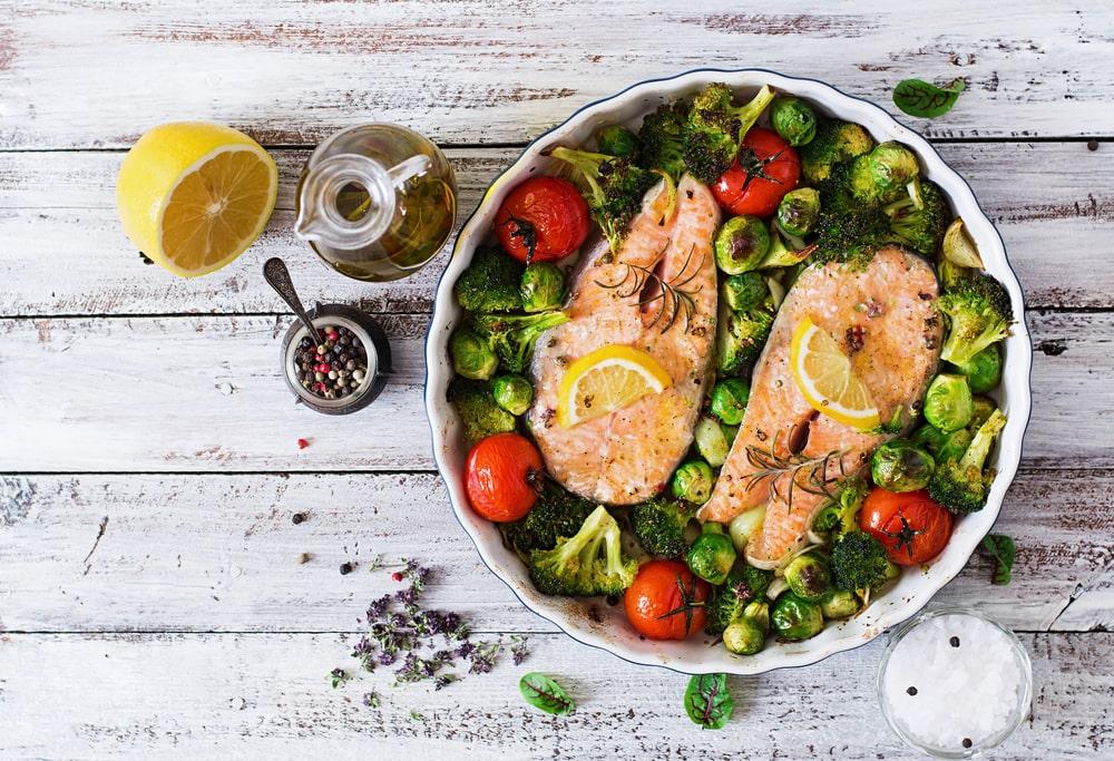 ظرف ماهی و کلم و گوجه و لیمو