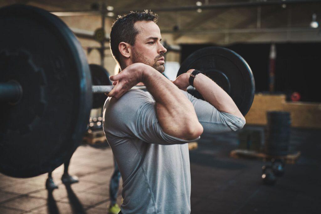 وزنه زدن مرد میانسال در باشگاه