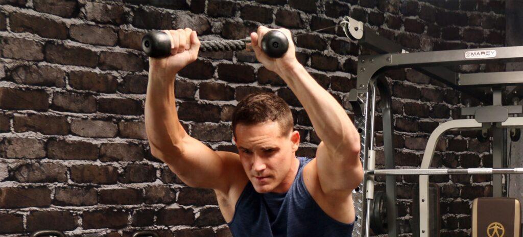 تمرین ورزشکار با دستگاه بدنسازی