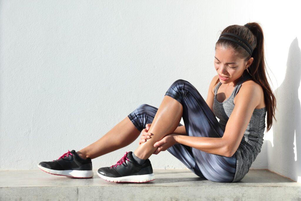 گرفتن عضله ساق پا در ورزشکار زن
