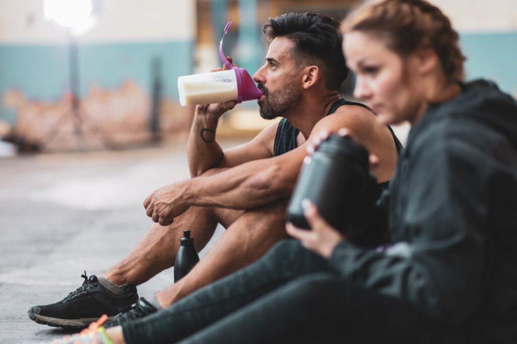 نوشیدن شیک در استراحت بین تمرین