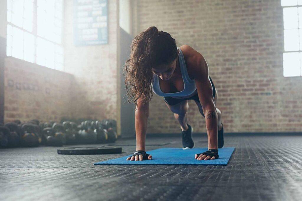 حرکت پلانک ورزشکار زن در باشگاه
