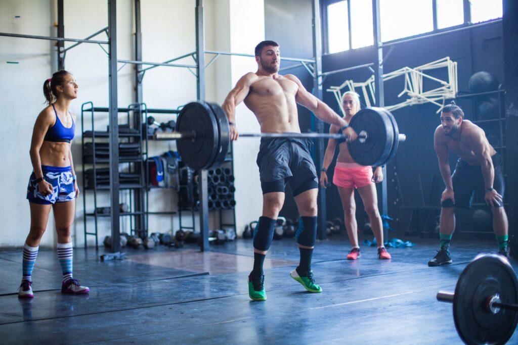 مرد ورزشکار در حال بالا بردن وزنه سنگین