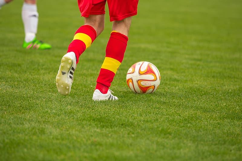 دویدن فوتبالیست با توپ