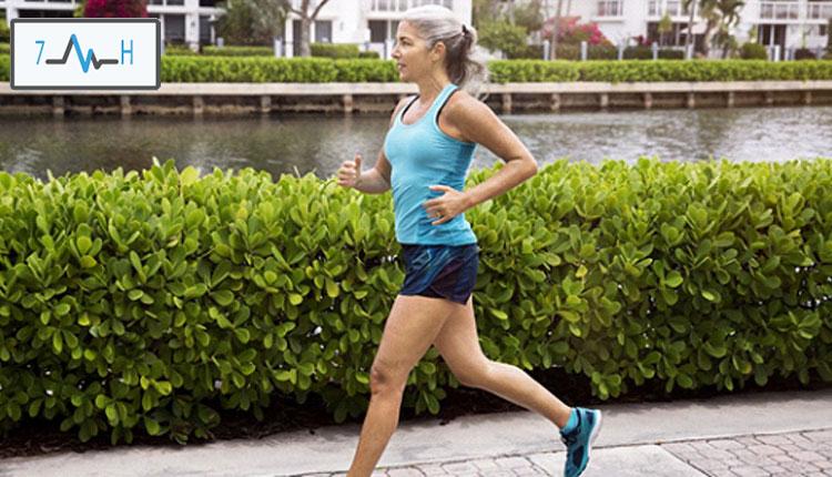 دویدن یک زن میانسال در پارک
